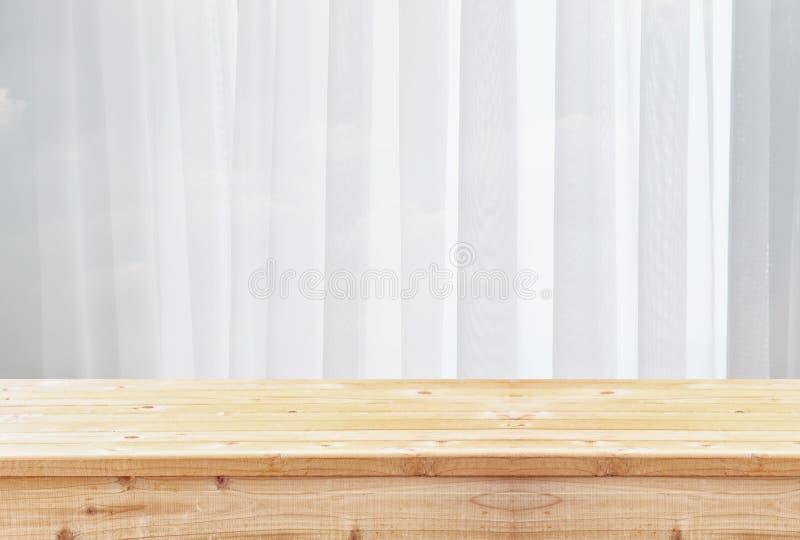 wizerunek drewniany stół przed zamazanym okno światłem obraz royalty free