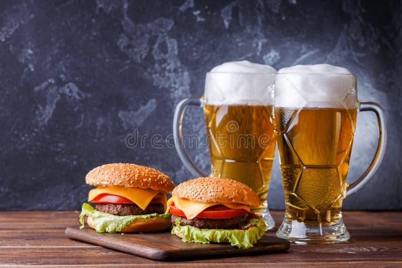 Wizerunek dwa hamburgeru, szkła z piwem zdjęcia stock