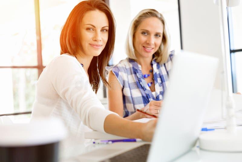 Wizerunek dwa młodej biznesowej kobiety w biurze obrazy royalty free
