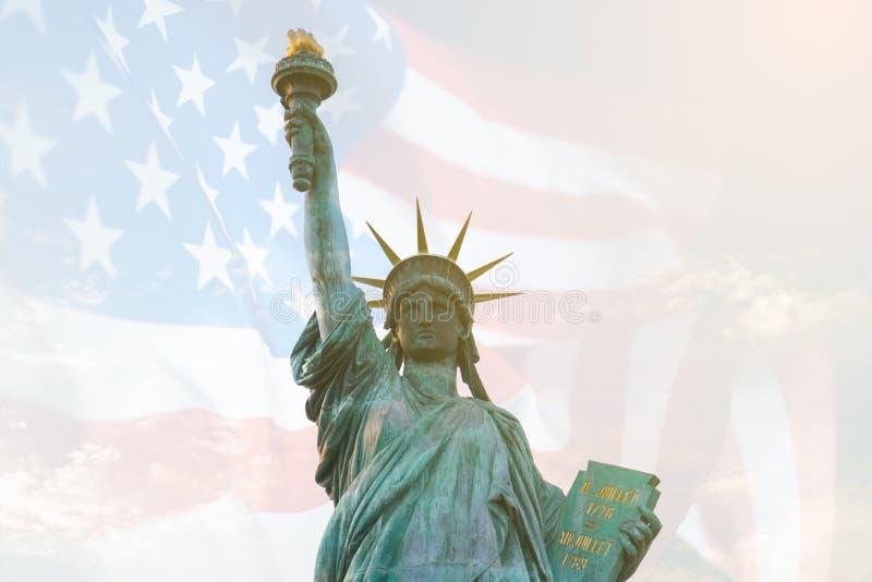 Wizerunek dwoistego ujawnienia statua wolności i usa zaznaczamy Tło dla dnia niepodległości lub dnia pamięci obraz stock