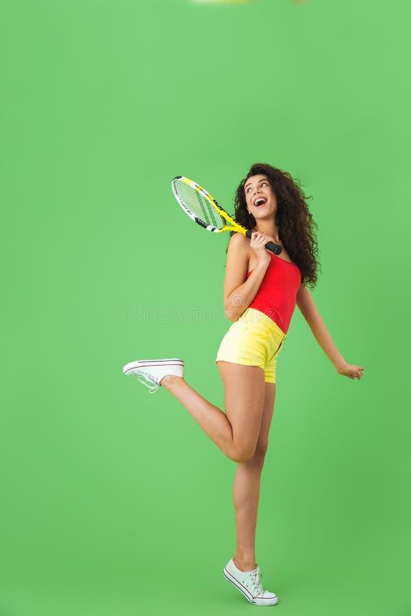 Wizerunek energiczny żeński gracz w tenisa 20s uśmiecha się kant i trzyma zdjęcia royalty free