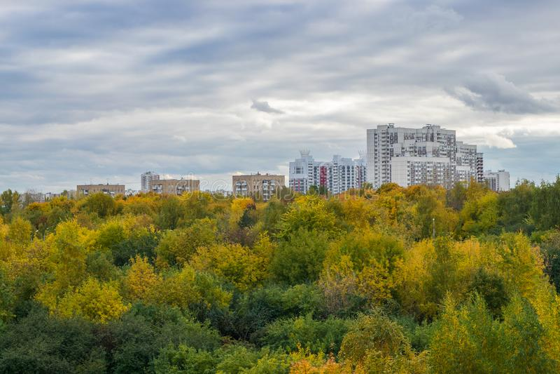 Wizerunek jesień parka i Moskwa dormitorium teren obraz stock