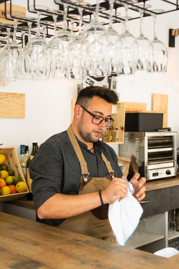 Wizerunek kelnera wina czyści szkło w pubie fotografia royalty free