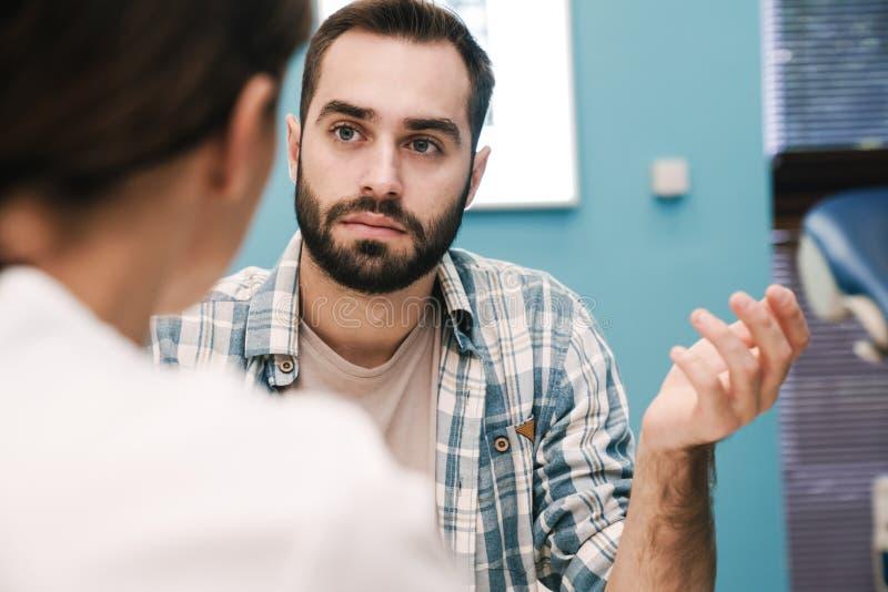 Wizerunek kobiecego lekarza i młodego pacjenta rozmawiającego w pokoju szpitalnym fotografia royalty free