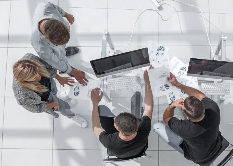 Wizerunek ludzie biznesu siedzi wokoło konferencji de z góry fotografia royalty free