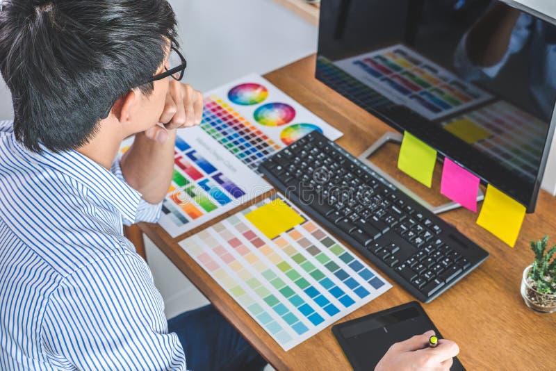 Wizerunek męski kreatywnie projektant grafik komputerowych pracuje na koloru selecti obrazy stock