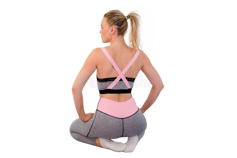 Wizerunek młoda atrakcyjna żeńska jest ubranym moda sportów odzież robi ćwiczeniu na białym background_Image obrazy royalty free