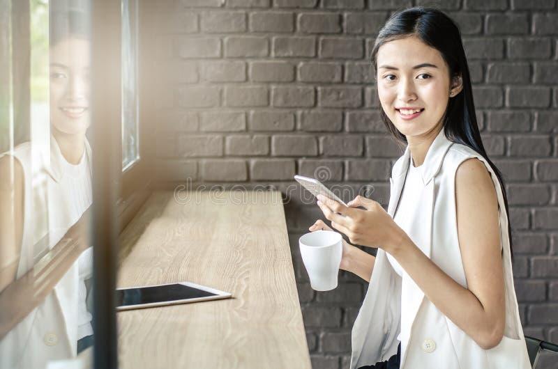 Wizerunek młoda i ładna Asia kobieta z filiżanka kawy uśmiechem obraz stock