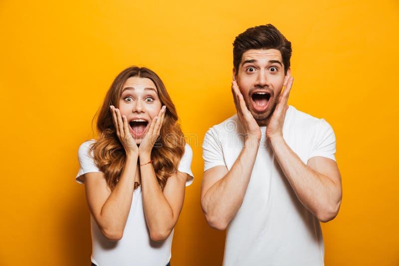 Wizerunek młodzi ludzie mężczyzna i kobieta w podstawowy ubraniowy krzyczeć zdjęcia stock