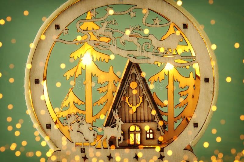 Wizerunek magiczna boże narodzenie scena drewniany sosnowy las, buda i Santa, Claus nad saniem z deers zdjęcia royalty free