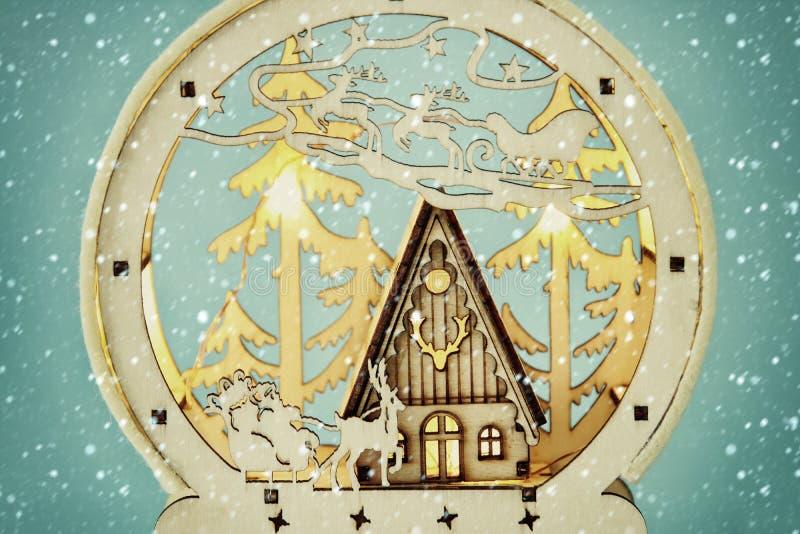 Wizerunek magiczna boże narodzenie scena drewniany sosnowy las, buda i Santa, Claus nad saniem z deers fotografia stock