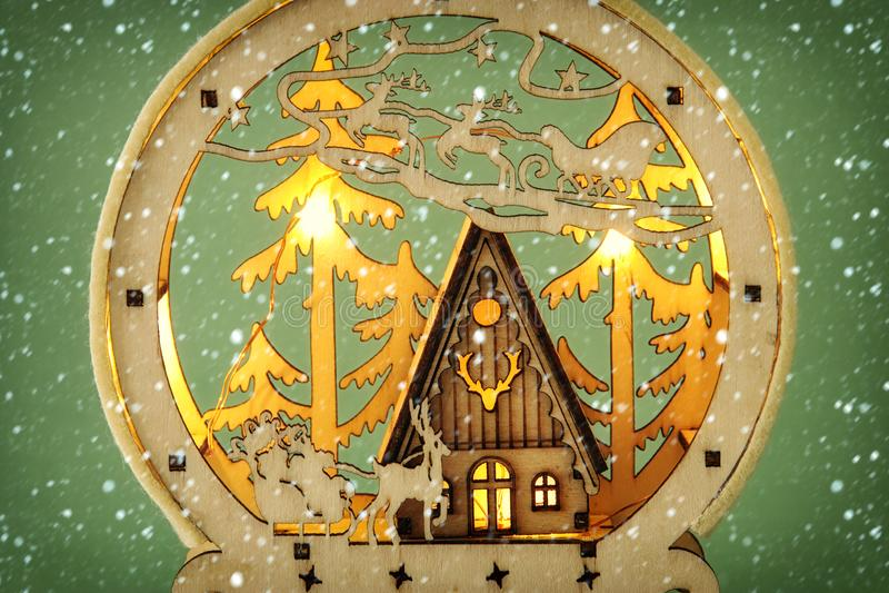 Wizerunek magiczna boże narodzenie scena drewniany sosnowy las, buda i Santa, Claus nad saniem z deers zdjęcie stock