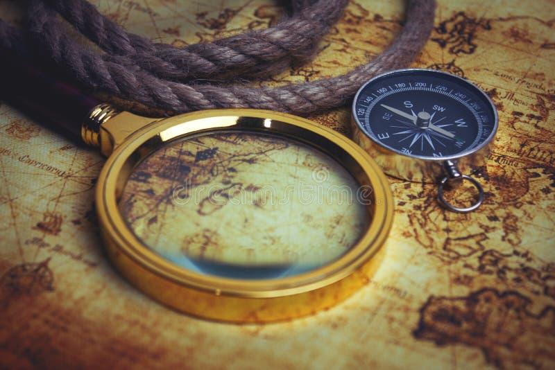 Wizerunek mapa, powiększający - szklany i stary kompas obrazy stock