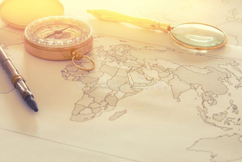 Wizerunek mapa, powiększający - szklany i stary kompas Selekcyjna ostrość fotografia stock