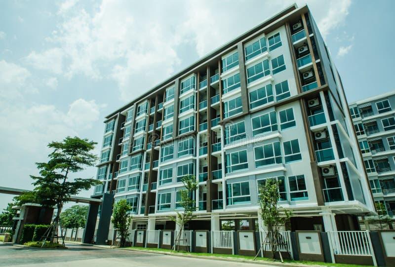 Wizerunek mieszkanie własnościowe na popołudniu z niebieskiego nieba tłem obrazy royalty free