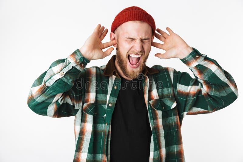Wizerunek nerwowy brodaty facet jest ubranym kapeluszu i szkockiej kraty koszula krzyczy, podczas gdy stać odizolowywam nad biały obraz royalty free