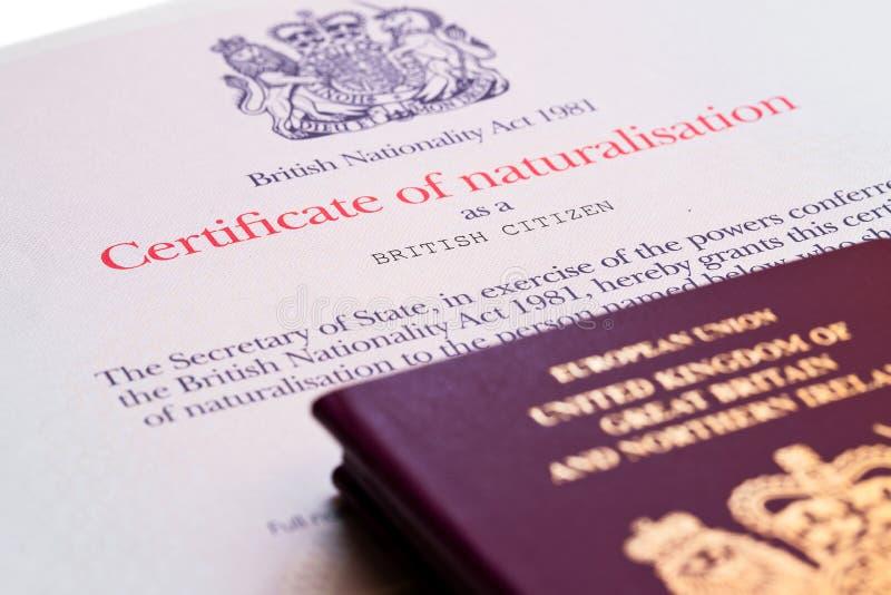 Wizerunek nowi wydający pre brexit stylowi Brytyjscy paszporty z naturalizationu świadectwem fotografia stock