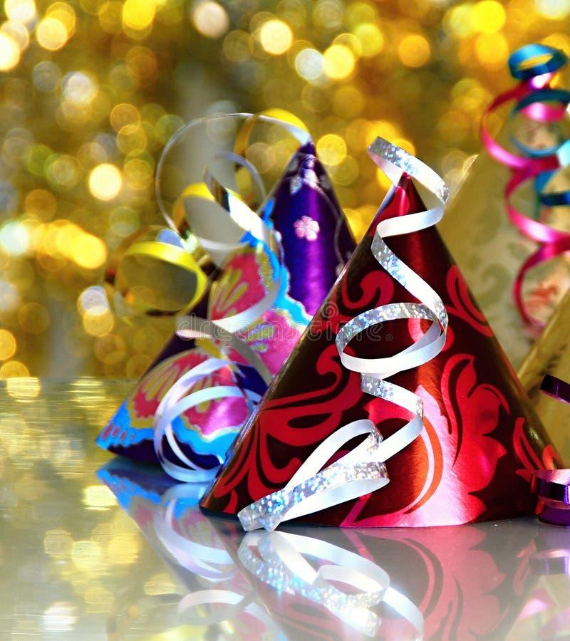 Wizerunek nowy rok wigilii świętowanie z kapeluszami na błyszczącym stołowym wierzchołku zdjęcia royalty free