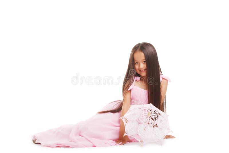 Wizerunek ono uśmiecha się w studiu urocza młoda dziewczyna obrazy stock