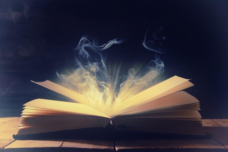 wizerunek otwarta antyk książka nad drewnianym stołem obraz royalty free