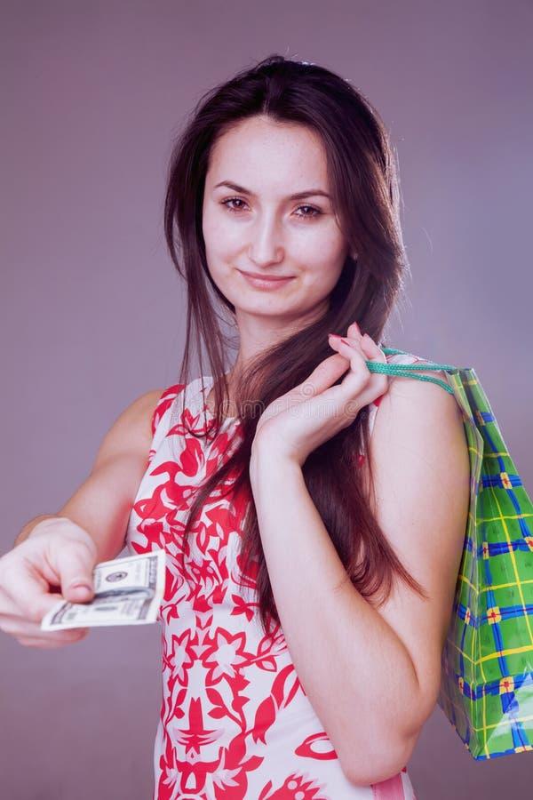 Wizerunek piękna szokująca szczęśliwa kobieta z torbą na zakupy zdjęcie royalty free