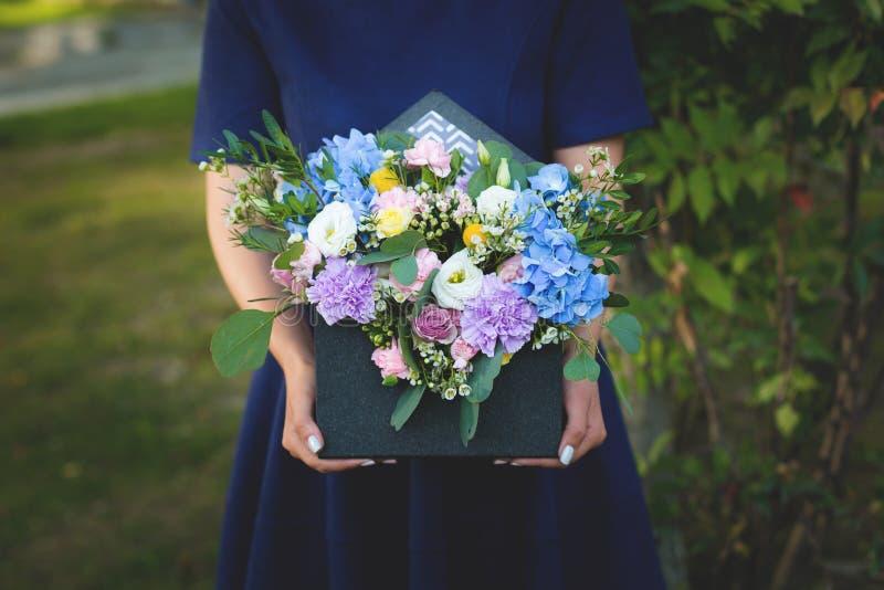 Wizerunek piękny kwiatu przygotowania z błękitną hortensją, biały eustoma, kiści róże, goździki obraz stock
