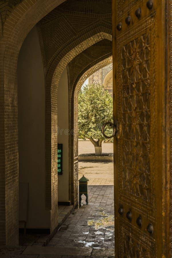Wizerunek połówki otwarty ozdobny drzwi meczet fotografia stock