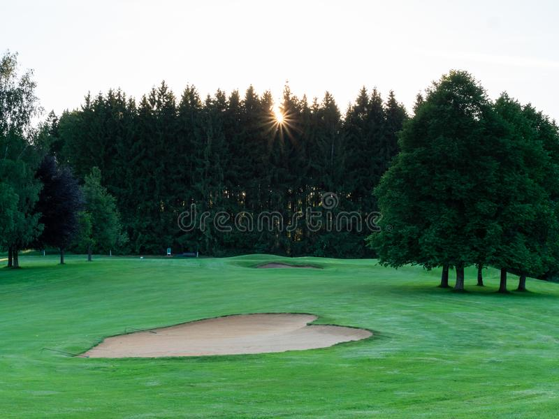 Wizerunek pole golfowe z bunkierem i drzewami zdjęcia stock