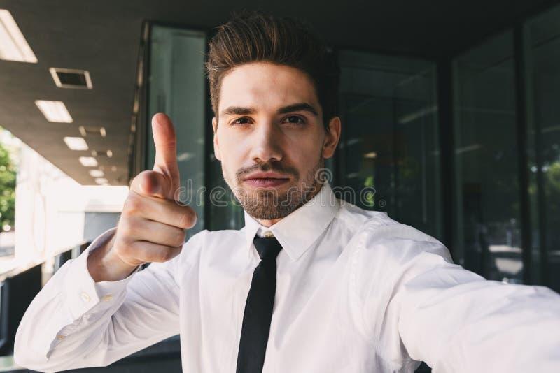 Wizerunek pomyślny biznesmen ubierał w formalnej kostium pozycji zdjęcia stock