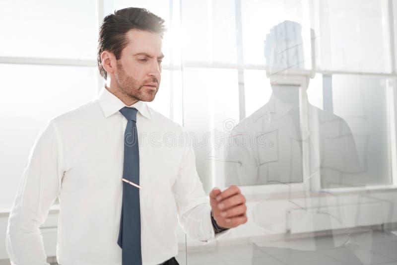 Wizerunek poważny biznesmen kontempluje nową strategię obraz stock