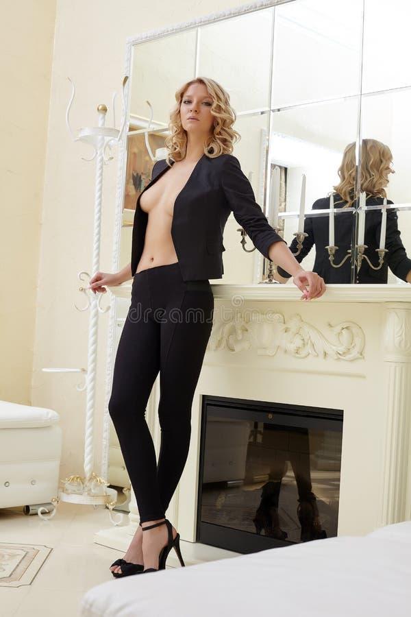 Wizerunek pozuje opierać na grabie seksowna blondynka obrazy royalty free