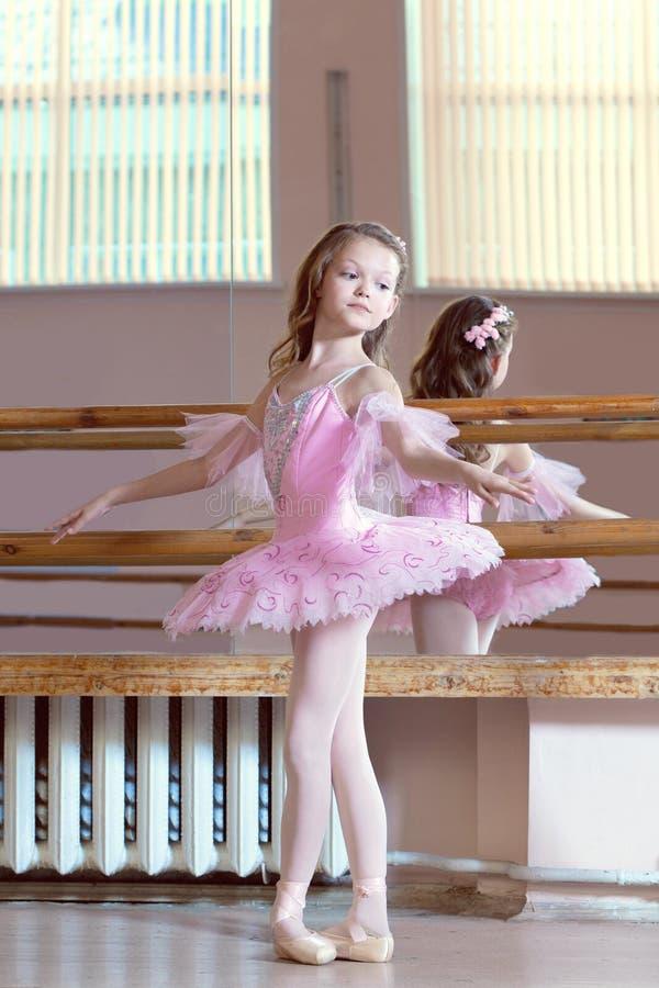 Wizerunek pozuje w różowej spódniczce baletnicy mała balerina obrazy stock