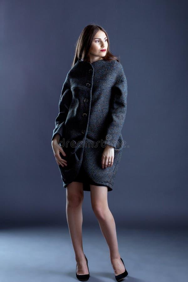 Wizerunek pozuje w szarość żakiecie ładna młoda dziewczyna fotografia royalty free
