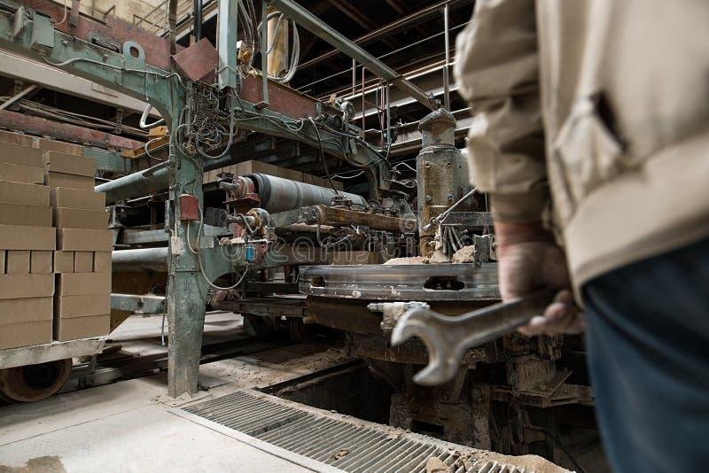 Wizerunek pracownik w warsztacie dla cegły produkci obraz royalty free