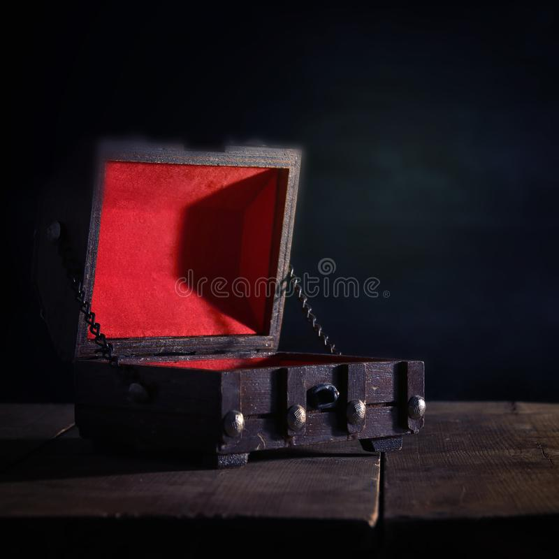 Wizerunek pusta tajemnicza skarb klatka piersiowa nad drewnianym stołem obrazy royalty free