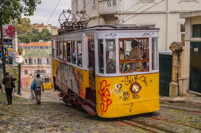 Wizerunek retro tramwaj w wąskiej ulicie Lisbon, Portugalia obraz royalty free