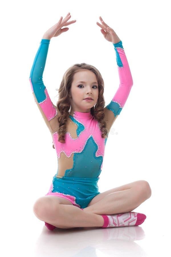 Wizerunek robi gimnastykom śliczna mała dziewczynka obraz stock