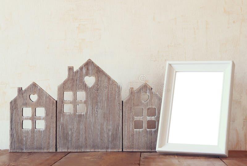 Wizerunek rocznika drewniany domowy wystrój, puste miejsce rama na drewnianym stole i gwiazdy girlandzie Selekcyjna ostrość zdjęcia stock