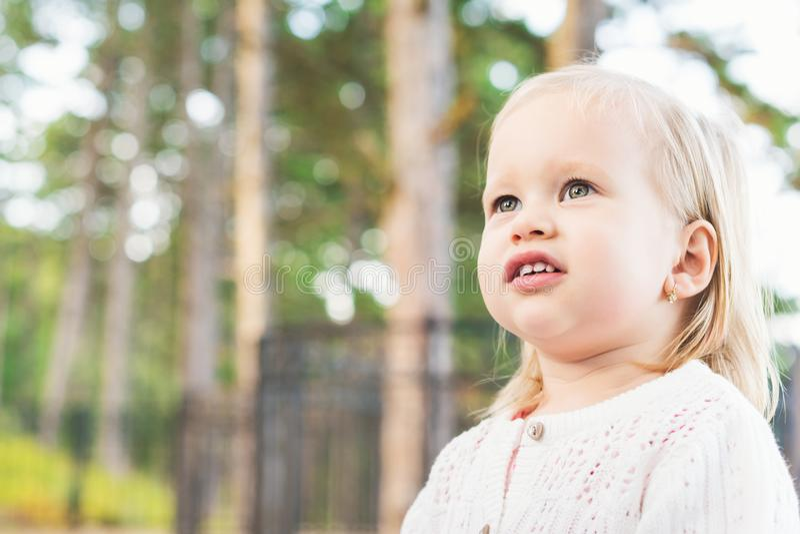 Wizerunek słodka z nadwagą dziewczynka patrzeje zdala od kamery Zamyka w górę portreta dziecko portreta śliczny berbeć zdjęcie stock