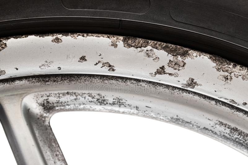 Wizerunek stary aluminiowy opona dysk z korodowania i kerb ocenami fotografia stock
