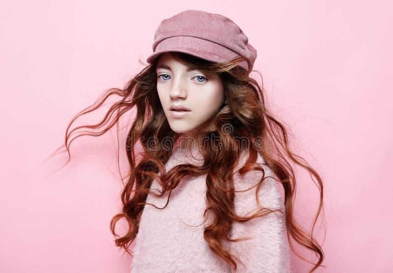 Wizerunek szczęśliwa nastoletnia dziewczyny pozycja odizolowywająca na różowym tle fotografia stock