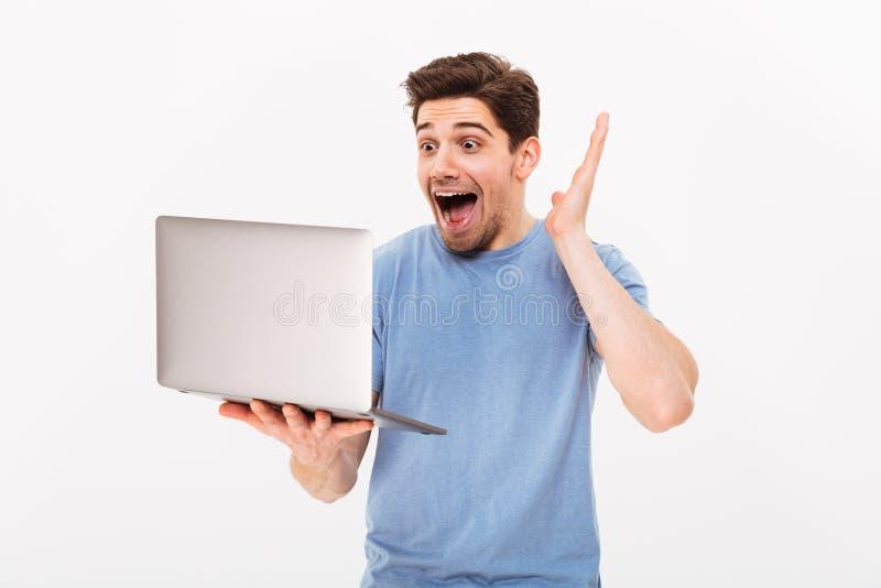 Wizerunek szczęśliwy uśmiechnięty mężczyzna trzyma srebnego notatnika z szczecina fotografia royalty free