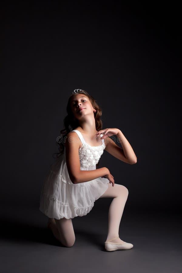 Wizerunek uśmiechnięta młoda balerina pozuje w studiu obraz stock