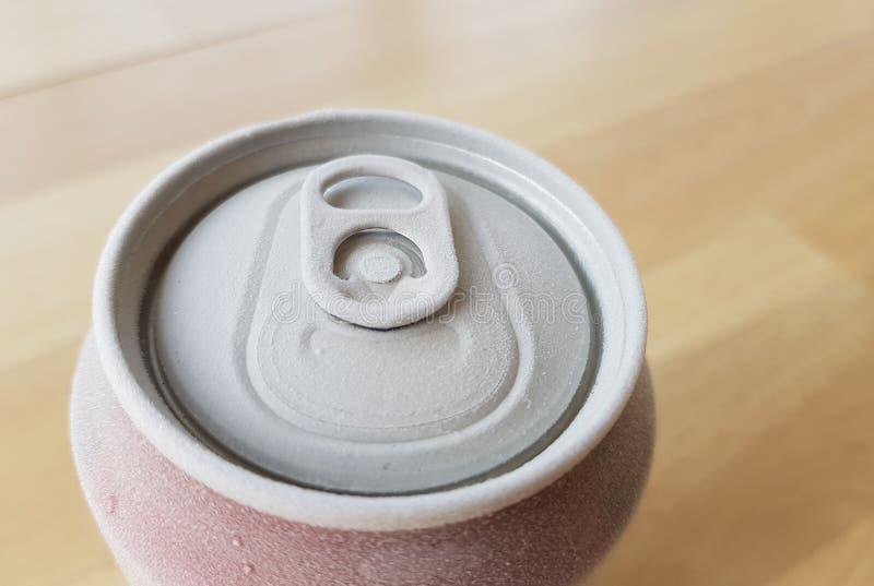 wizerunek wierzchołek puszka soda gdy usuwający je od chłodni z mrozem zdjęcia stock