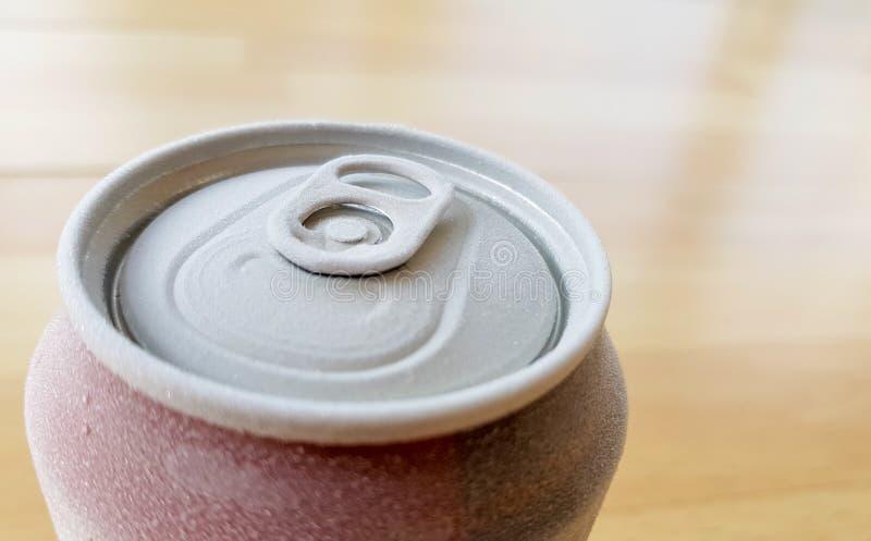 wizerunek wierzchołek puszka soda gdy usuwający je od chłodni z mrozem zdjęcie royalty free