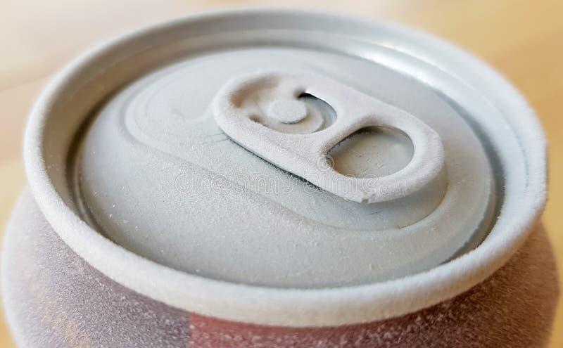 wizerunek wierzchołek puszka soda gdy usuwający je od chłodni z mrozem fotografia royalty free