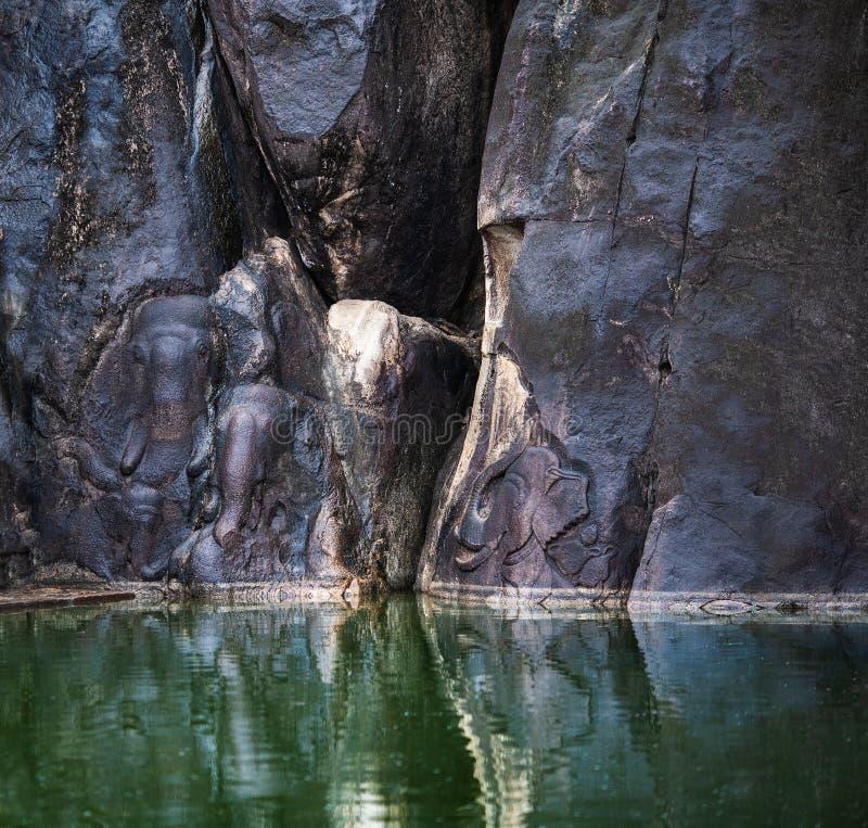 Wizerunki słonie rzeźbiący na ogromnym kamieniu fotografia stock