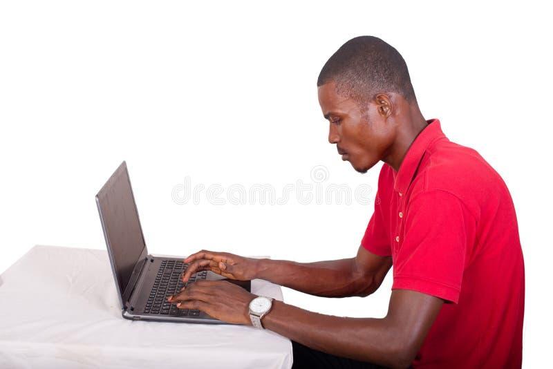 Wizerunku młody biznesmen pracuje na jego laptopie obraz stock