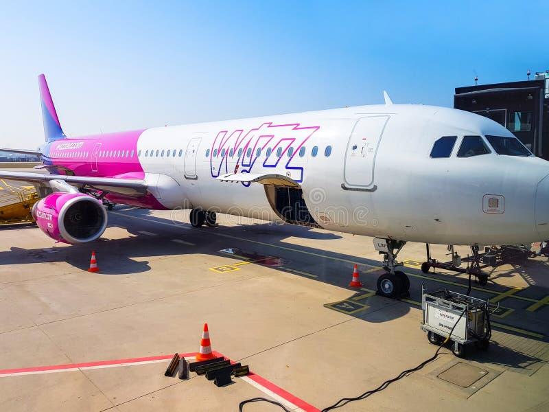 Wizz在莱赫・瓦文萨机场的空中飞机在格但斯克,波兰 库存图片