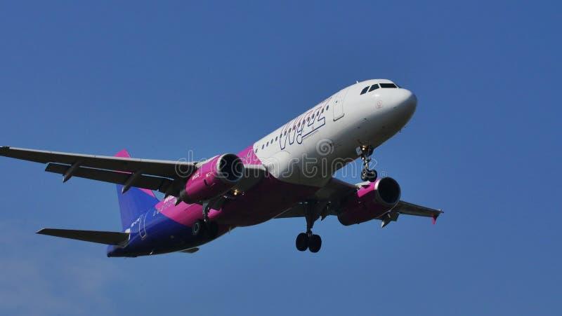 Wizz Air planieren in den Himmel und landen lizenzfreie stockfotos